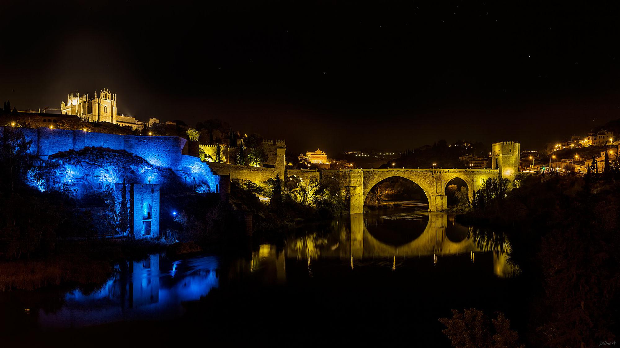Puente de San Martin Toledo, iluminado por la noche