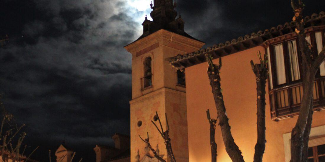 Foto nocturna de Toledo, con un campanario perfilado contra la luna llena